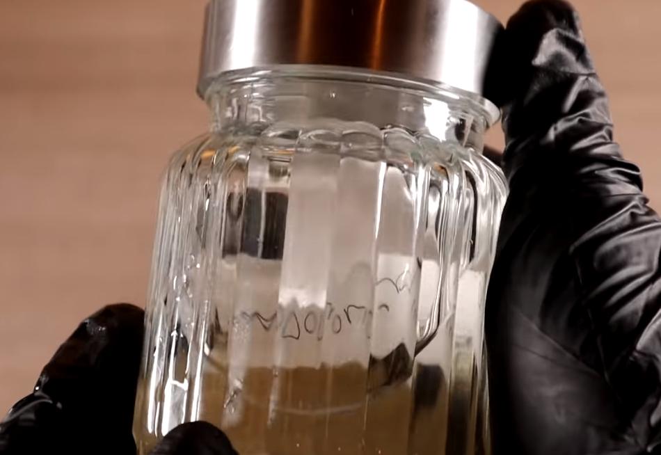 frasco de ejemplo con orina